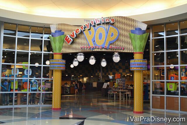 A lojinha do hotel, praça de alimentação, salão de jogos, tudo fica no prédio principal do Pop Century.