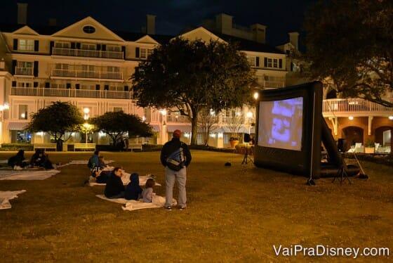 Os hotéis da Disney oferecem diversas atividades recreativas. Uma das mais clássicas é o cinema a céu aberto.