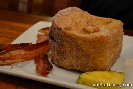 Não consigo pensar em melhor jeito para começar o dia antes do Magic Kingdom do que comendo uma famosa Tonga Toast de café da manhã.