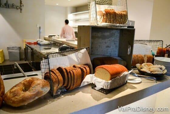 Alguns dos muitos pães servidos no Ravello.