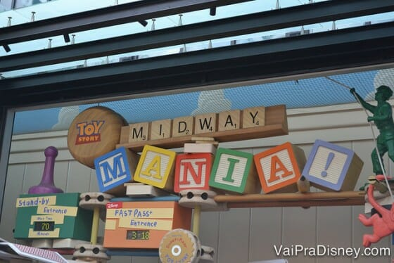 A fila do Toy Story Mania é linda e fica praticamente inteira no ar condicionado.