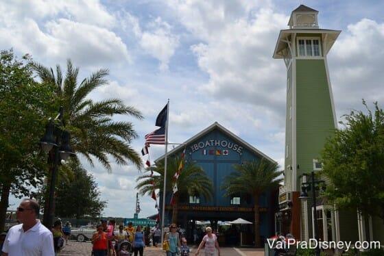 Já dá para ver que o Boathouse é um lugar bem bonito se destacando na paisagem do futuro Disney's Springs.