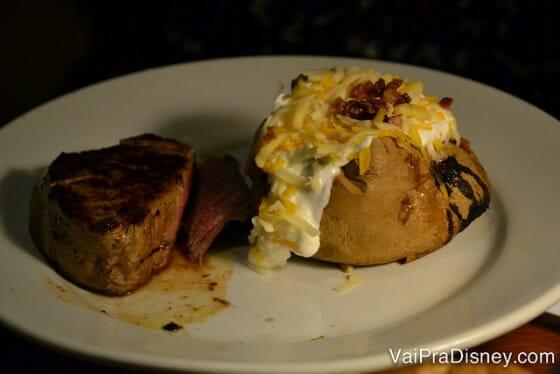 A carne é maravilhosa e os acompanhamentos não ficam para trás. Nem preciso comentar essa baked potato, né?