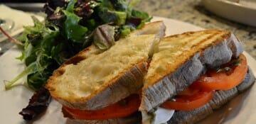 Sanduíche de caprese delicioso com saladinha que pedi no Portobello. Muito bom e por um preço super justo!