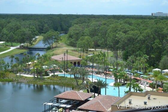 Dicas para se hospedar em Orlando: Piscinas do Four Seasons Orlando Resort. Como não amar o clima de um lugar que te dá essa vista linda do quarto?