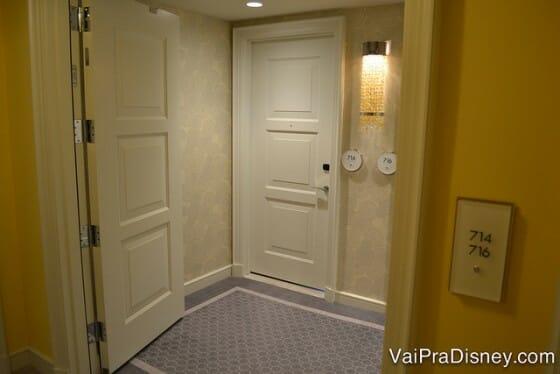 O que eu não consigo explicar, quem sabe você entende com a foto. Tá vendo que as portas do quarto estão ao fundo mas você pode fechar essa parte do corretor e fazer quartos conjugados?