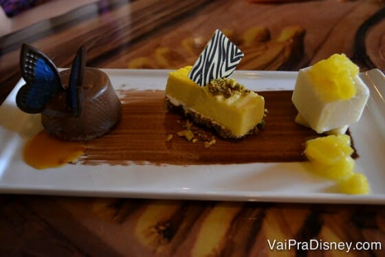 Trio de sobremesas no Sanaa: era uma mousse de chocolate, cheesecake de banana e esse terceiro eu não tenho idéia do que era. Só sei que tinha abacaxi.
