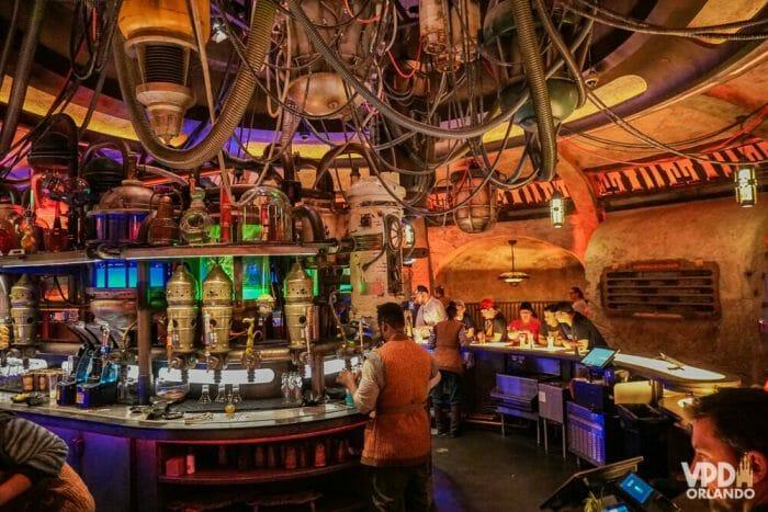 O Oga's Cantina em Galaxy's Edge oferece bebidas e petiscos e é todo temático!