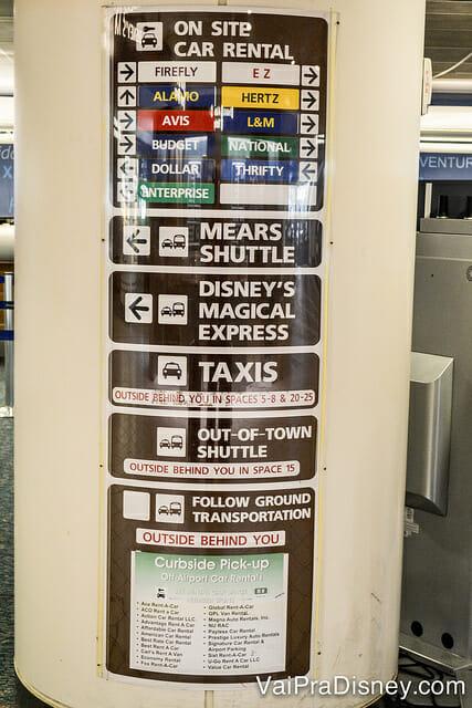 Veja a última placa que aponta para a Sixt e para outras locadoras que ficam fora do terminal