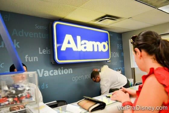 Retirando o carro na Alamo que fica dentro da Disney