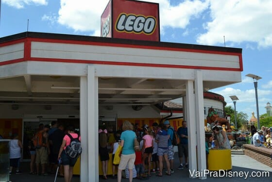 A galera toda assistindo a corrida dos carrinhos de Lego! rsrs