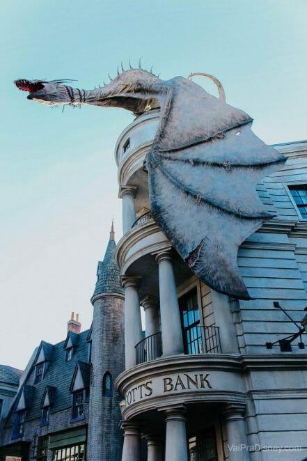 O dragão no topo do banco dos bruxos já virou ícone no parque!