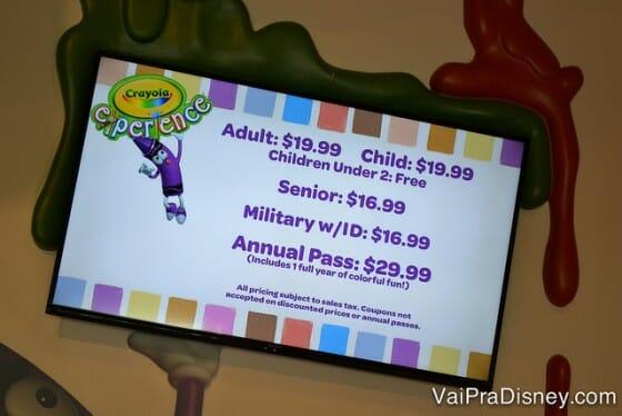 Tabela de preços do Crayola Experience. Obs: a foto não está torta não, tá? A tela que é torta mesmo! :D
