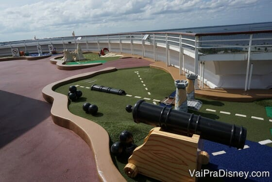 Um pedacinho do mini golf na área esportiva do navio.