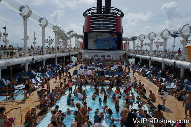 Até parece que as piscinas além de gratuitas, seriam vazias né? Grátis sempre, vazias só nos dias que o navio para em algum porto! :P