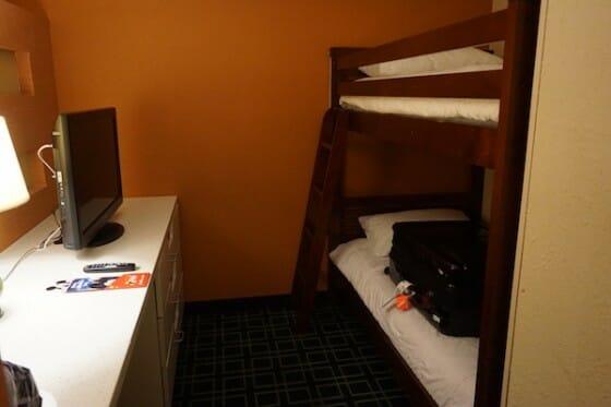 Área dos beliches no quarto.