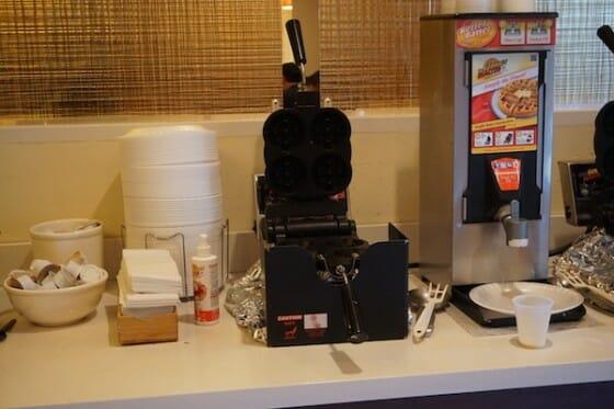 Área para fazer seu próprio waffle no café da manhã.