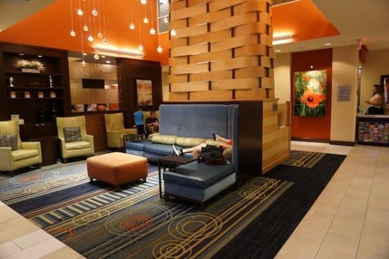 Área da recepção do hotel.