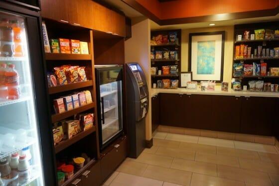 Lojinha do hotel que além de um caixa eletrônico, traz algumas opções de comidas, bebidas, remédios e outras coisas básicas.