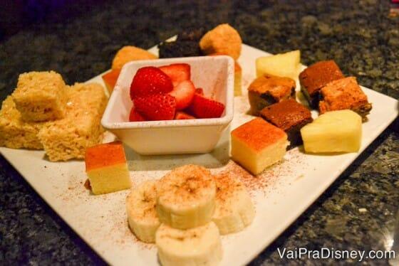 Verdade seja dita: eu comeria esse fondue até puro, mas com esses acompanhamentos ficou ainda mais perfeito!