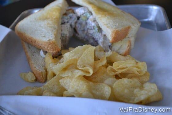 Sanduíche de frango com chips de batata.
