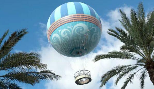 O balão sobrevoando Disney Springs