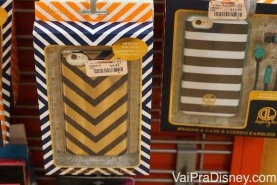 Capinha de celular e várias outras coisinhas são vendidas perto do caixa.