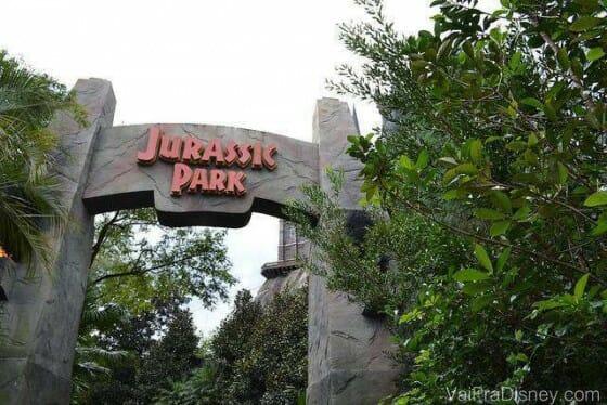 Entrada da área do Jurassic Park, no Islands of Adventure, com o emblemático portal do filme