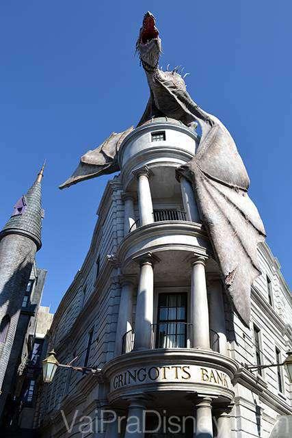 Banco de Gringotes com o dragão no topo. De tempos em tempos ele solta fogo!