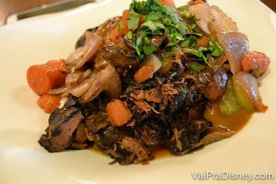 Uma espécie de carne de panela com cebola, cenoura e um molho bem temperadinho. Opção do cardápio do almoço do Liberty Tree Tavern.