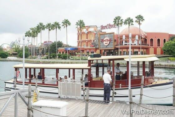 Barco que sai do CityWalk até o Portofino Bay.
