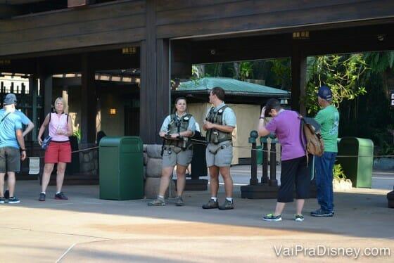 Dois dos guias nos esperando na entrada do parque para o primeiro horário do tour.