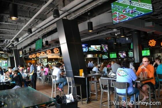Um pouquinho do NBC Sports Grill & Brew por dentro, próximo da área do bar.
