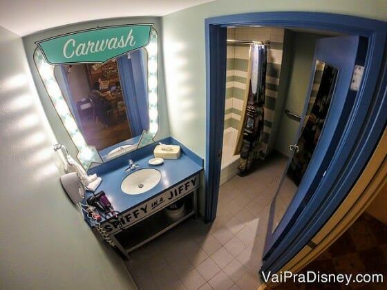 Banheiro do quarto do Carros. Até o banheiro é todo decorado!