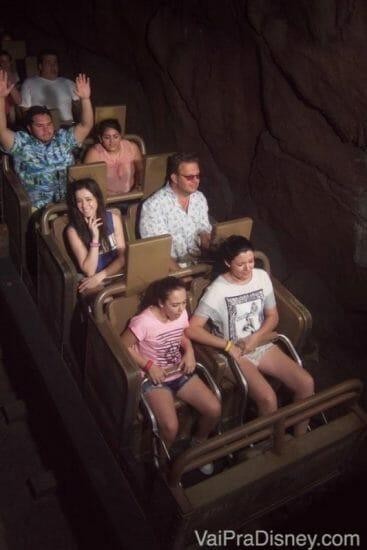 Curtindo uma das atrações mais divertidas da Disney (e rindo do perigo enquanto pousa pra foto)! :)