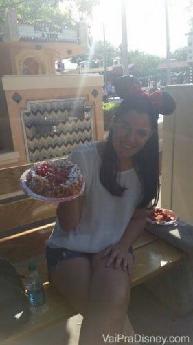 Clássico Funnel Cake com calda de morango do nosso top 10 Doces da Disney! :)