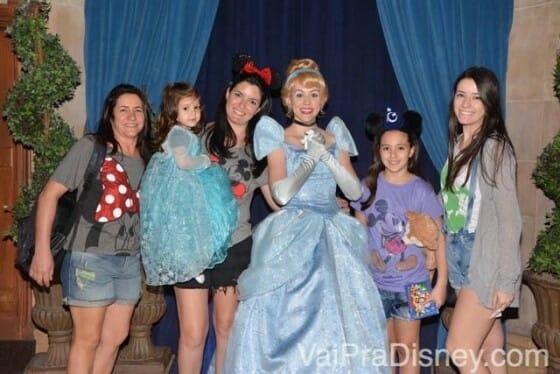Foto com a anfitriã antes do almoço no Cinderella's Royal Table.