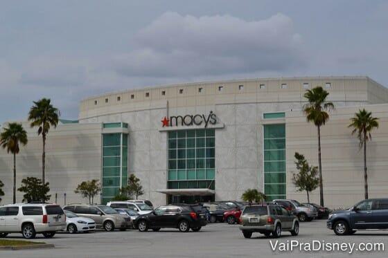Chegando no shopping, busque parar perto de uma cabine de segurança ou de uma das portas que já dão para as lojas.