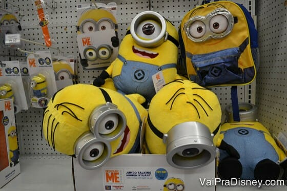 Minions de pelúcia na Toys R Us perto do shopping.