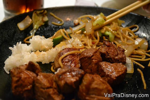 """Carne no meu prato. Estava muito gostosa, sem nenhum tempero """"esquisito""""."""