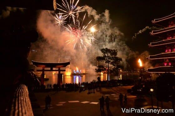Vista dos fogos da varanda do pavilhão do Japão.