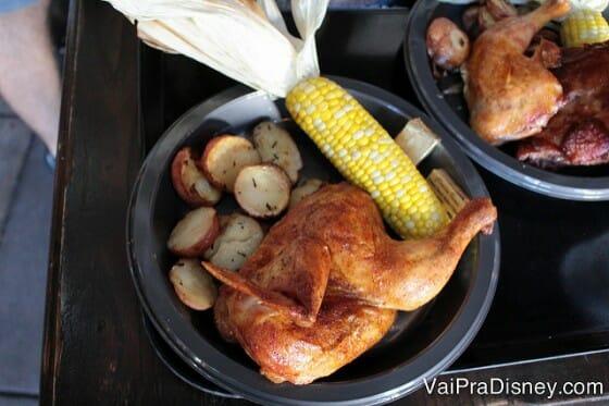 Quase meio frango! Tanta comida que mal cabe no prato. Dá até para dividir.