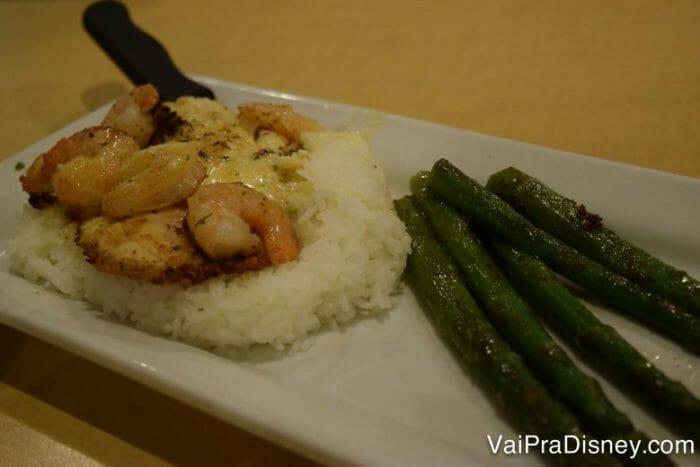 Peixinho, camarões, aspargos e arroz branco. Super leve e saboroso (pra quem gosta de peixe, lógico! Não é meu caso.).