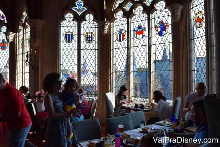 Fazer uma refeição com as princesas dentro do castelo da Cinderela é SUPER concorrido, e é preciso reservar com meses de antecedência.