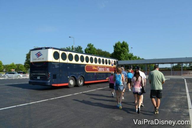 Todo o caminho entre parques e demais pontos no tour é feito de ônibus.