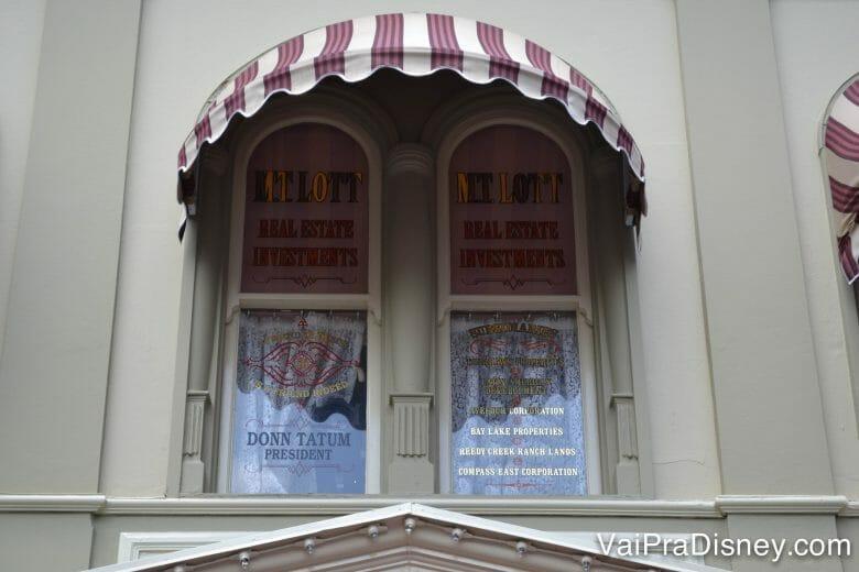 Já reparou nas janelas da Main Street? Elas tem muita história para contar!