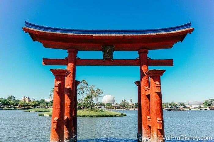 Pavilhão do Japão no Epcot com a Spaceship Earth ao fundo