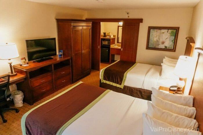 O Clarion Inn Lake Buena Vista é super honesto e ainda oferece transporte gratuito para os principais parques de Orlando.
