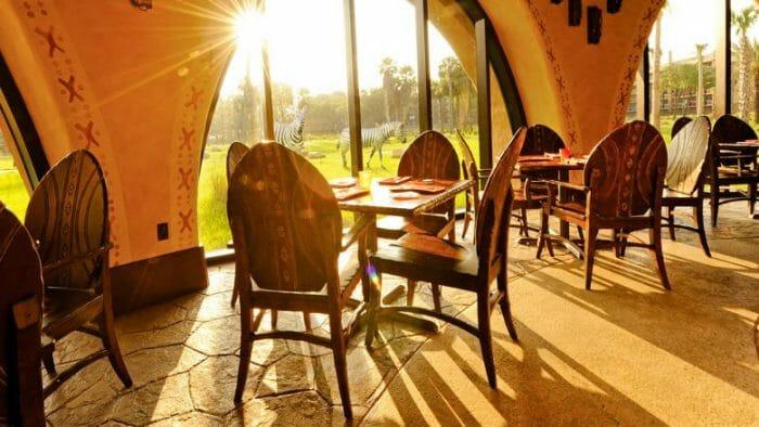 Café da manhã na companhia da zebras, girafas, entre outros animais que aparecem por ali no Sanaa.