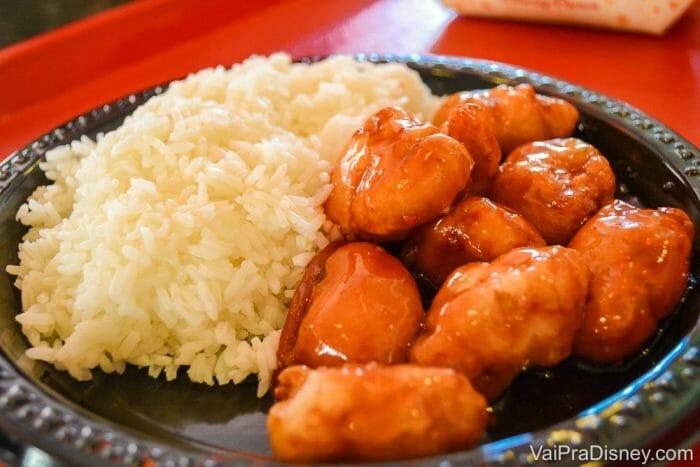 Comidas na Disney - Franguinho com molho de laranja. Acompanhado daquele arroz chinês empapado mas que a gente adora.